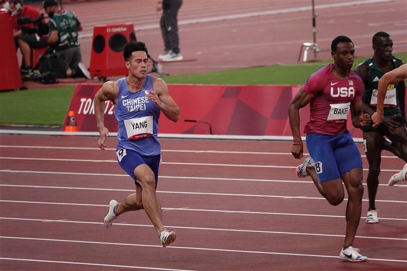 楊俊瀚(藍衣)31日在奧運預賽跑出10秒21,名列分組第5、跑贏多田修平,雖然沒有刷新全國紀錄,不過已是本季最佳。(中華奧會提供)