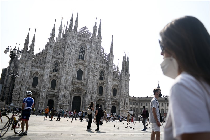 義大利國家衛生院30日表示,具高度傳染力的Delta變異株已成境內COVID-19感染主流。圖為24日米蘭大教堂廣場人潮。(安納杜魯新聞社)