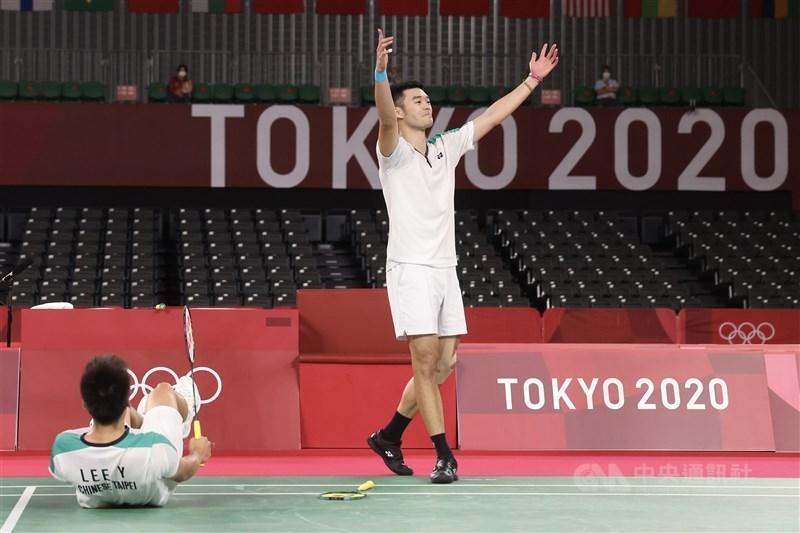 台灣羽球男雙搭檔李洋(左)、王齊麟(右)31日晚間出征東京奧運羽球男雙金牌戰,面對中國組合步步進逼毫不退卻,雙方激戰結果由「麟洋配」成功以直落二拿下金牌,這也是台灣奧運史上羽球首金,兩人在確定勝利那一刻難掩激動開心歡呼。中央社記者吳家昇攝 110年7月31日