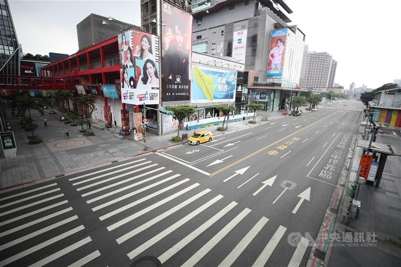 COVID-19本土疫情拉警報,5月中下旬全台進入三級防疫警戒,台北市熱鬧的信義商圈頓時悄無人煙。