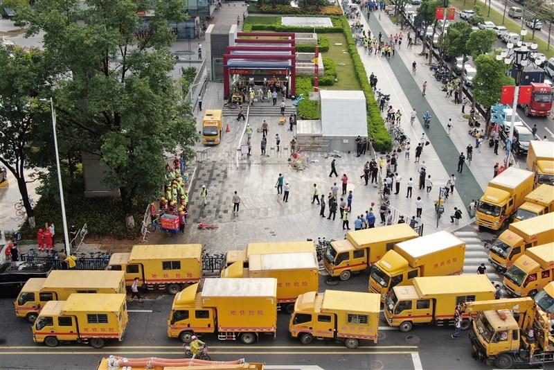 廣州市30日出現暴雨,大量雨水夾雜泥沙湧入神舟路地鐵站,站內乘客全部安全疏散。圖為30日數輛救援車抵達現場。(中新社)