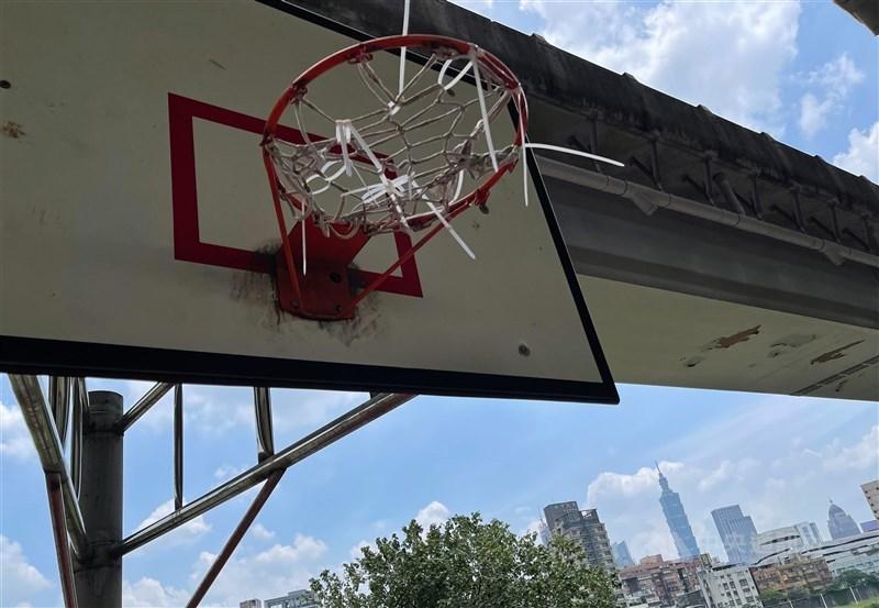 遭禁錮的籃球框,也是辛苦的防疫生活開始。