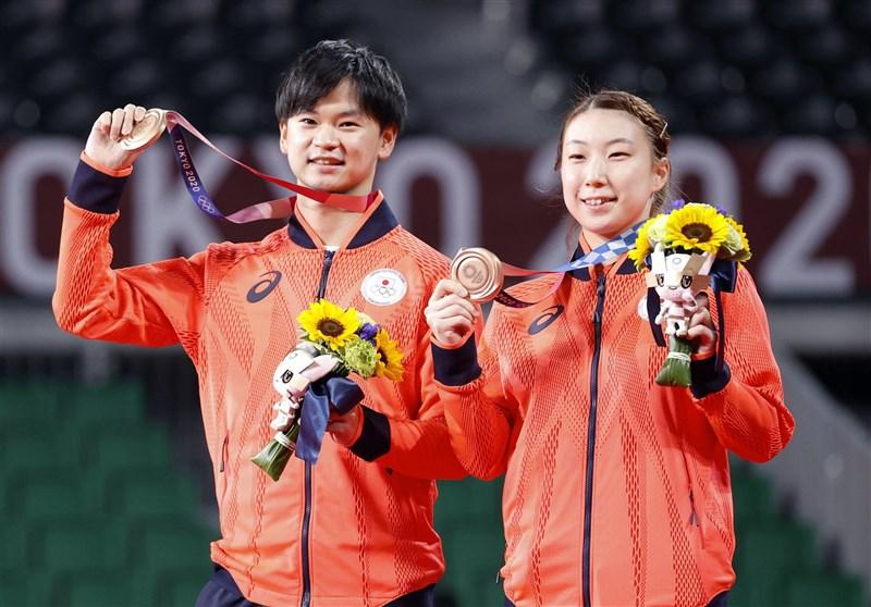 日本羽球混雙組合渡邊勇大(左)跟東野有紗(右)30日在東奧拿下銅牌。(共同社)