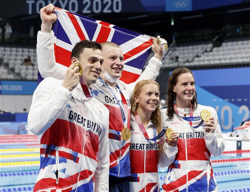 東京奧運游泳男女400公尺混合式接力,由蓋伊(左1)、比提(左2)、霍普金(右2)與道森(右1)組成的英國隊31日以3分37秒58率先觸池,創下世界紀錄勇奪金牌。(共同社)