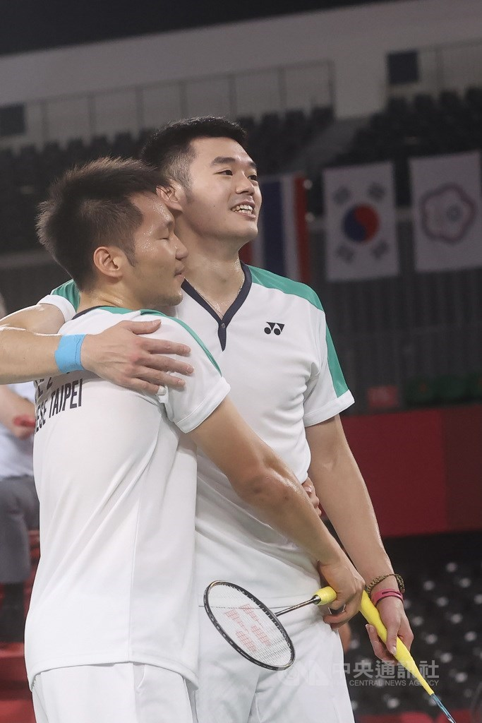 台灣目前在本屆東京奧運已有兩面金牌入袋,其中包含由羽球男雙組合李洋(左)、王齊麟(右)攜手拿下的金牌,兩人31日賽後難掩開心,並相互擁抱、向最好的夥伴致意。中央社記者吳家昇攝 110年7月31日