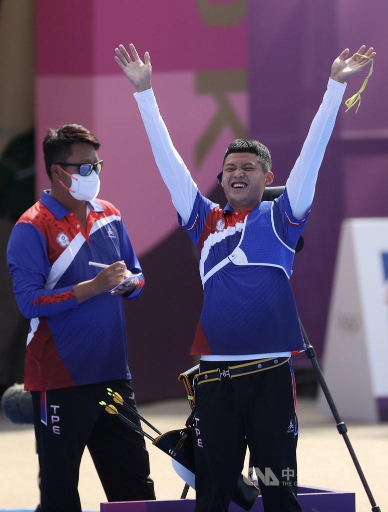 台灣射箭好手湯智鈞(右)31日在東京奧運男單8強賽扳倒韓國名將金優鎮,射進4強,已寫下台灣男子選手在射箭個人賽最佳成績。中央社記者吳家昇攝 110年7月31日