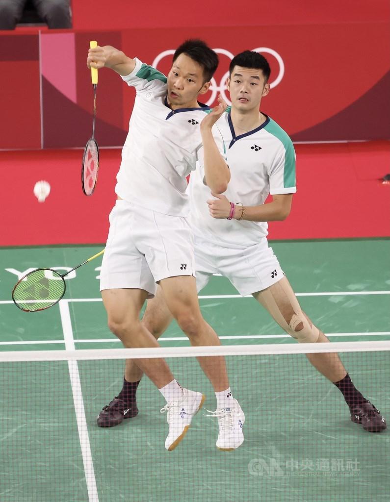 台灣羽球男雙組合王齊麟(後)、李洋(前)31日晚間以直落二成功拿下東京奧運羽球男雙金牌,為台灣拿下奧運羽球項目首金,也成為奧運羽球男雙史上首對非種子金牌。中央社記者吳家昇攝 110年7月31日