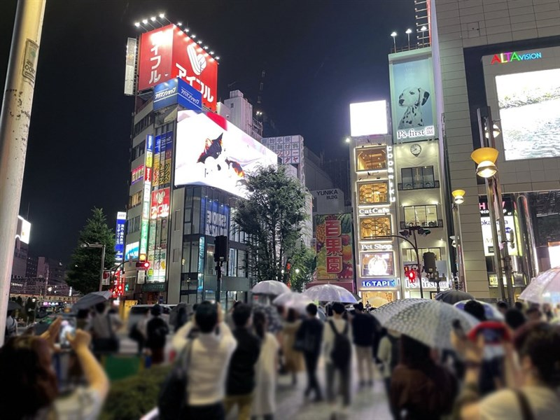 日本疫情全境升溫,其中以東京都最為嚴峻,不過東京都外出人潮並未因疫情緊張而減少,新景點3D貓(圖)及聖火台等地仍可看到大批民眾爭相拍照。(圖取自twitter.com/cross_s_vision)