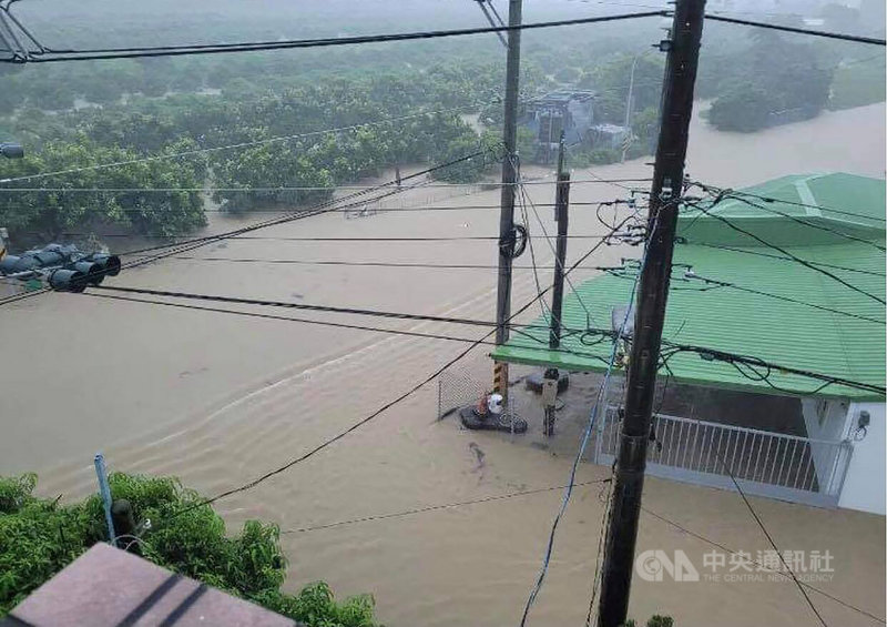 西南氣流帶來的豪大雨不斷,屏東1日9.5小時下了329毫米的雨量,各鄉鎮發生淹水、積水災情。圖為枋寮鄉沿山公路淹水情形。(張仁吉提供)中央社記者郭芷瑄傳真 110年8月1日