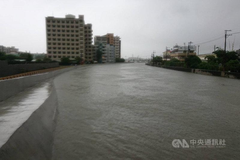 台南地區從7月31日深夜至8月1日清晨間出現明顯雨勢,過去容易造成水患的三爺溪水位上漲,但尚未出現溢堤災情。中央社記者楊思瑞攝 110年8月1日