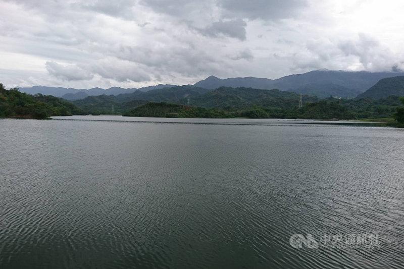 台南地區連續兩天出現明顯降雨,白河水庫進水豐沛,1日上午逼近滿水位開始進行調節性放水。(白河水庫管理中心提供)中央社記者楊思瑞台南傳真  110年8月1日