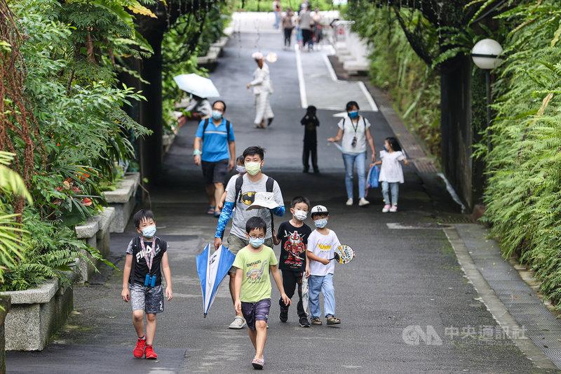 台北市立動物園1日有條件恢復營業,入園採預約制,不少家長趁著週末假日帶著孩子到動物園散心玩耍。中央社記者鄭清元攝 110年8月1日