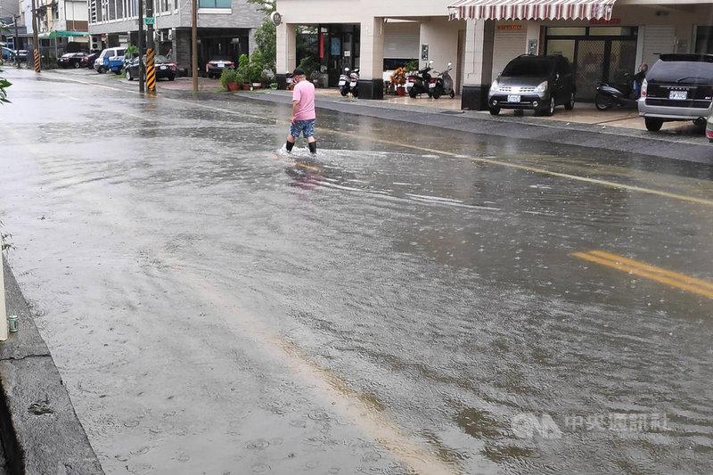 台南地區從7月31日深夜至8月1日清晨間出現明顯雨勢,安南區安吉路一帶一度出現道路積水影響交通情況。(台南市水利局提供)中央社記者楊思瑞台南傳真  110年8月1日