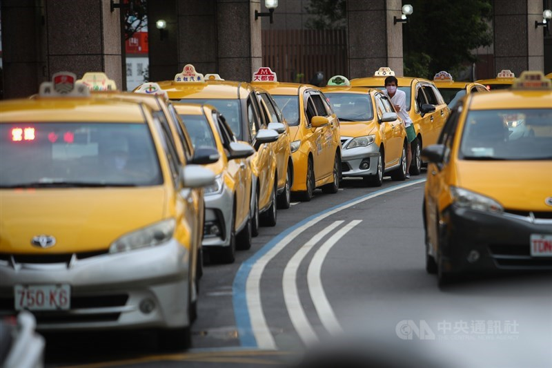 因應疫情影響,公路總局去年針對計程車職業駕駛提供薪資補貼;不過,審計部查出有853名公務人員兼職卻仍領取補助,公路總局將追回。(示意圖/中央社檔案照片)