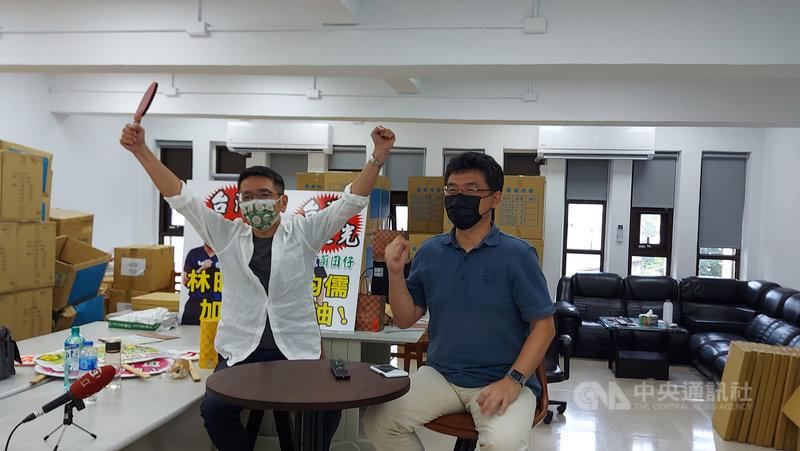 台灣桌球好手林昀儒1日與隊友合作,在東京奧運男子團體賽首輪獲勝,挺進8強。宜蘭市長江聰淵(左)與林昀儒姑丈林大溢(右)坐在電視機前,隔海加油、打氣。(讀者提供)中央社記者沈如峰宜蘭縣傳真  110年8月1日
