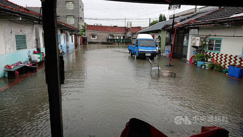 西南氣流影響,雲林縣降下大雨,導致沿海地區多處積淹水,雲林縣水林鄉公所測站至1日中午為止,已測得雨量261.5毫米。(雲林縣政府提供)中央社記者蔡智明傳真  110年8月1日