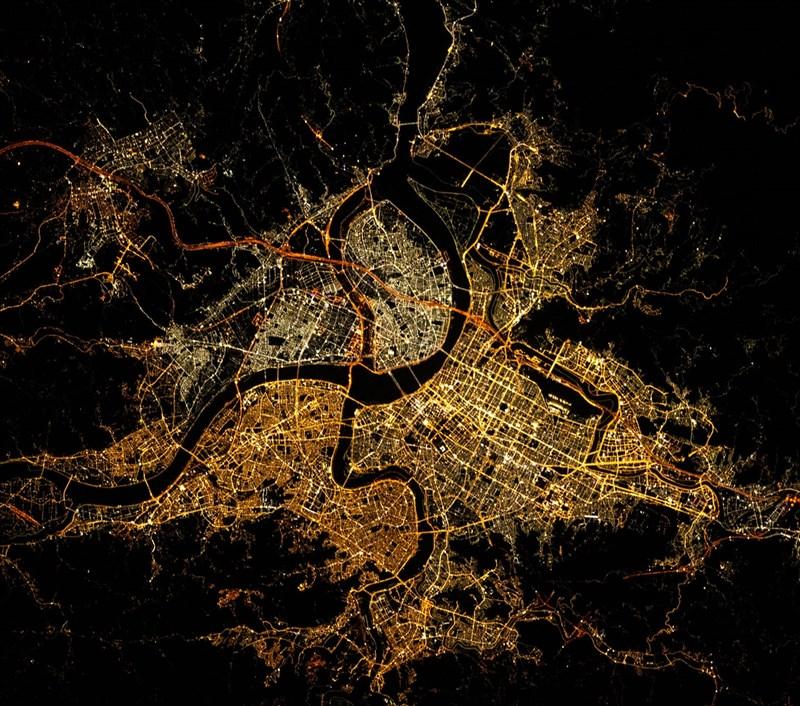 法國近17萬人追蹤的知名太空粉專日前分享一張由國際太空站拍攝的台北夜景,萬家燈火璀璨動人。(圖取自facebook.com/internationalspacestation83)