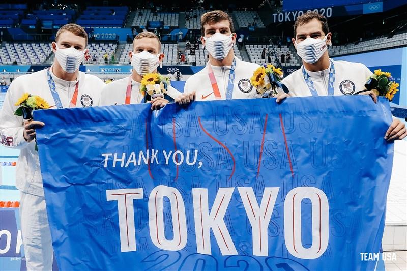 美國泳隊贏得東京奧運男子4x100公尺混合式接力賽金牌,成績也打破世界紀錄。(圖取自twitter.com/TeamUSA)