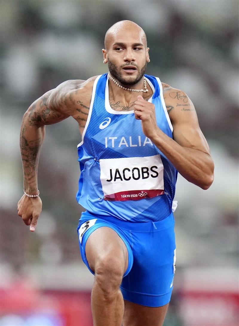 東京奧運1日舉行田徑男子100公尺短跑決賽,由義大利選手賈可布斯以9秒80拿下金牌。(共同社)