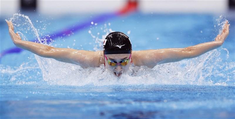 今年21歲的日本抗癌女泳將池江璃花子1日完成東奧女子400公尺混合泳接力後無緣奪牌,結束生涯第2次奧運賽事。(共同社)