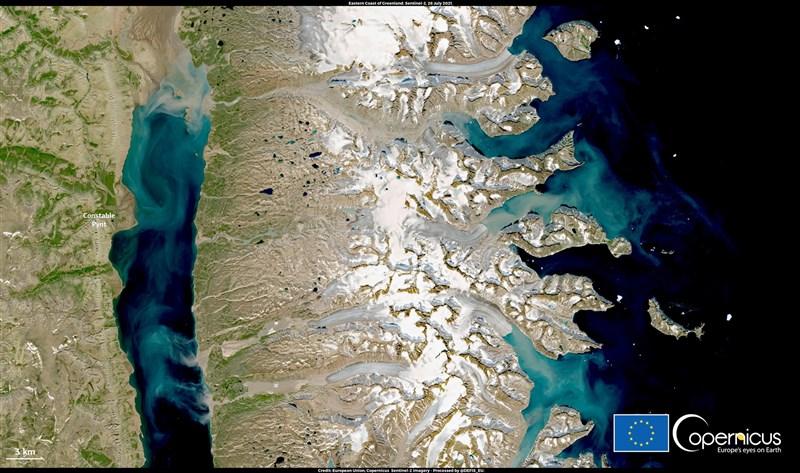 格陵蘭受熱浪侵襲,氣溫飆升到比正常夏季溫度高攝氏10度以上,冰層大規模消融。圖為7月28日格陵蘭衛星畫面,當日記錄到攝氏23.2高溫。(圖取自Copernicus Europe's eyes on Earth網頁copernicus.eu)
