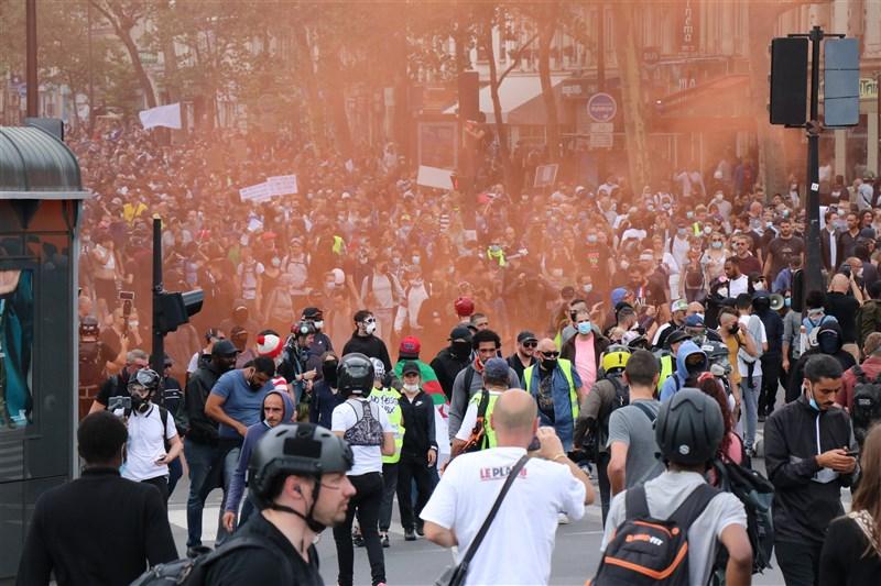 法國各地31日超過20萬人走上街頭,抗議政府推出健康通行證的新防疫措施,連續第3個週末上街表達不滿。圖為民眾在巴黎街頭示威。(安納杜魯新聞社)