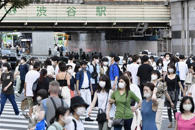 日本31日新增1萬2342人確診感染COVID-19,連續3天破萬,30多歲以下族群約占71%,年輕世代感染顯著。圖為31日東京澀谷街頭。(共同社)