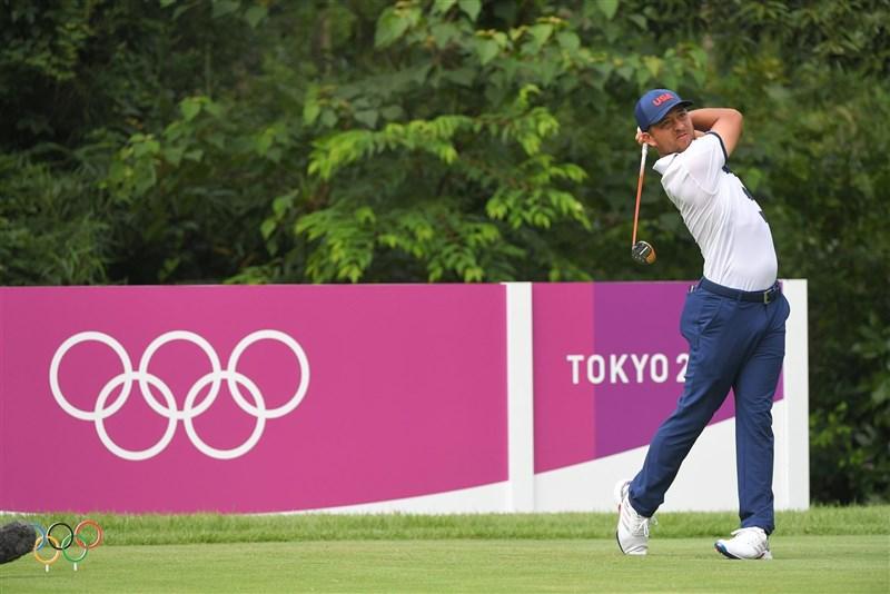 東京奧運高爾夫男子組31日打完第3輪賽事,媽媽來自台灣的美國選手蕭飛爾(圖),以3回合總和低於標準桿14桿的199桿獨居首位。(圖取自twitter.com/xschauffele)