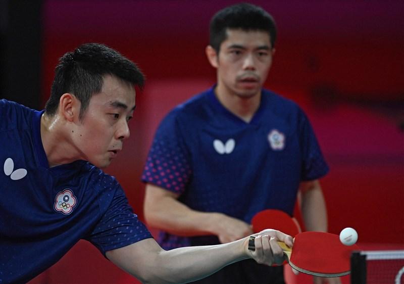 台灣男子桌球代表隊林昀儒、莊智淵(後)與陳建安(前)1日在東京奧運桌球男子團體賽首輪擊敗克羅埃西亞,闖進團體賽8強。(法新社)