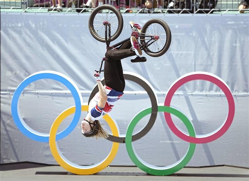 英國女將沃興頓1日在東京奧運極限單車花式賽完成史上第一次360度後空翻,摘下這個項目首面奧運金牌。(共同社)