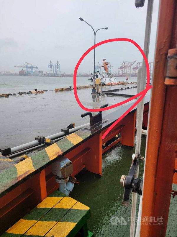 一艘在高雄港的台灣港務港勤公司拖船1日上午被民眾發現嚴重傾斜,航港局證實,拖船是遭貨櫃船碰撞,造成船體破損進水傾斜,所幸無人傷亡。(民眾提供)中央社記者汪淑芬傳真  110年8月1日