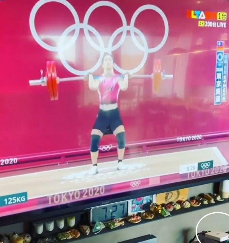 藝人「黑人」陳建州看東京奧運為台灣選手加油,被抓包疑似使用非法機上盒(白圈處),NCC 1日呼籲,未經NCC認證的射頻器材均不得販售,將持續配合智財局、電信偵查大隊打擊侵權機上盒。(圖取自instagram.com/fanfan)