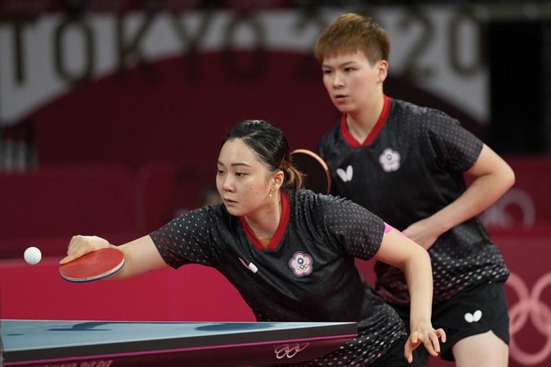 東奧台灣桌球女子代表隊1日先由陳思羽(後)與鄭先知(前)在第1點女雙奪勝,一姐鄭怡靜隨後在第2點女單直落三取勝,加上陳思羽在第3點女單突圍,聯手擊敗美國隊晉級8強。(美聯社)