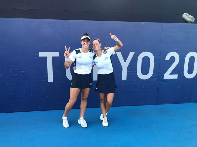巴西女子網球選手史蒂芬妮(左)和皮戈西(右)7月31日在東京奧運網球女子雙打勇奪銅牌。(圖取自instagram.com/laurapigossi)