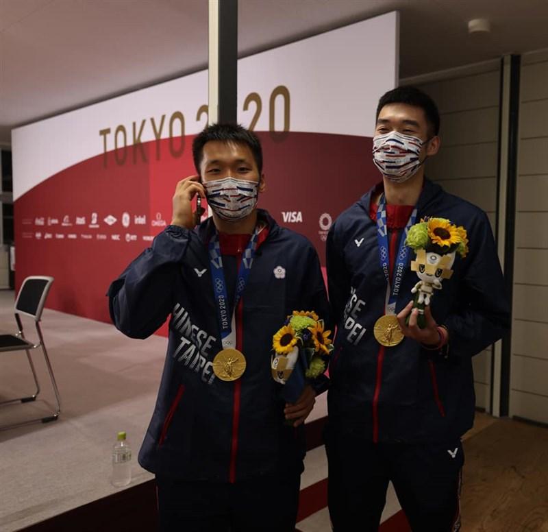 李洋(左)與王齊麟(右)7月31日在東奧羽球男雙奪金,總統蔡英文致電祝賀。(圖取自facebook.com/tsaiingwen)