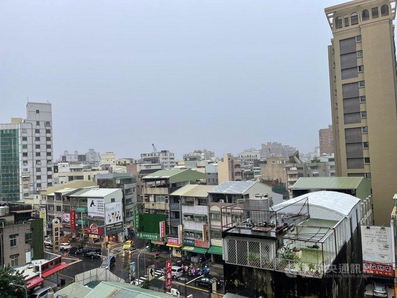 外海強對流2日下午1時許往台南陸地推進,台南天色一片灰濛濛,局部地區出現強降雨。中央社記者張榮祥台南攝  110年8月2日
