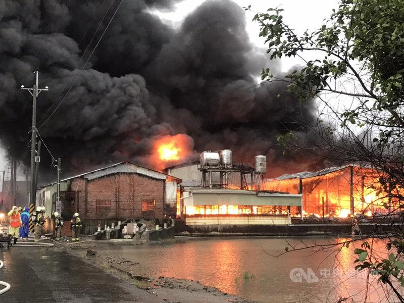 台南市下營區一座原物料倉庫2日中午發生火警,濃煙直衝天際,台南市消防局灌救近2小時才撲滅,所幸無人傷亡。(讀者提供)中央社記者張榮祥台南傳真  110年8月2日