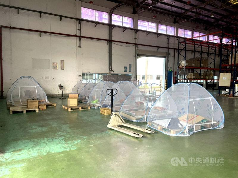 越南南部多個省市實施「三就地」政策,意即要企業做到讓工人「在廠吃住」才能繼續營運,但政策上路後陸續爆發群聚感染,新增確診數居高不下。圖為一家響應「三就地」政策的企業,搭起蚊帳讓工人在廠內居住。(讀者提供)中央社記者陳家倫河內傳真 110年8月2日