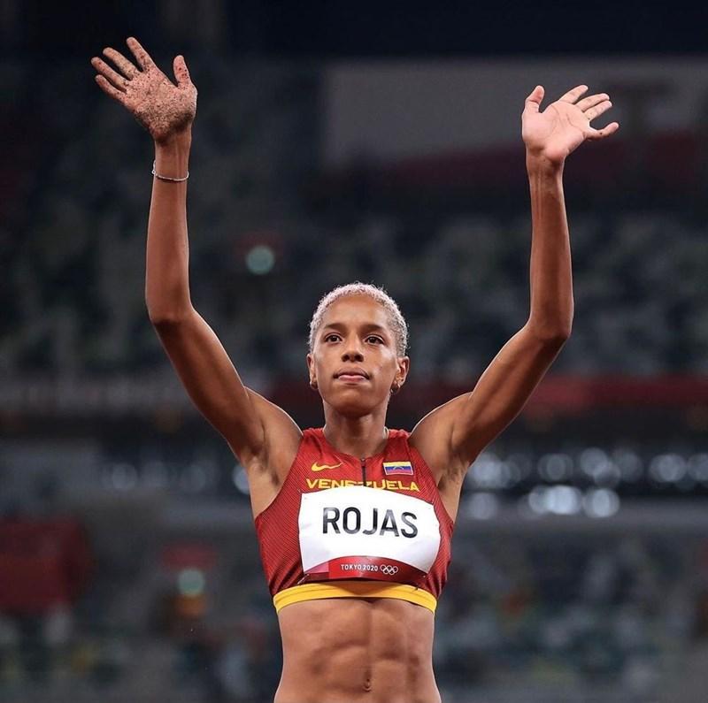 委內瑞拉田徑女將羅哈斯1日在東京奧運以15公尺67刷新女子三級跳遠世界紀錄,奪下金牌。(圖取自instagram.com/yulimarrojas45)