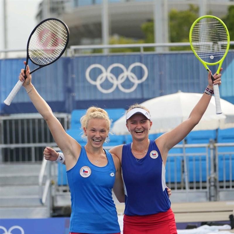 東京奧運1日網球女雙決賽,拿下今年法網冠軍的捷克組合斯尼科娃(左)與卡雷茨科娃(右)直落二鍍金。(圖取自instagram.com/bkrejcikova)