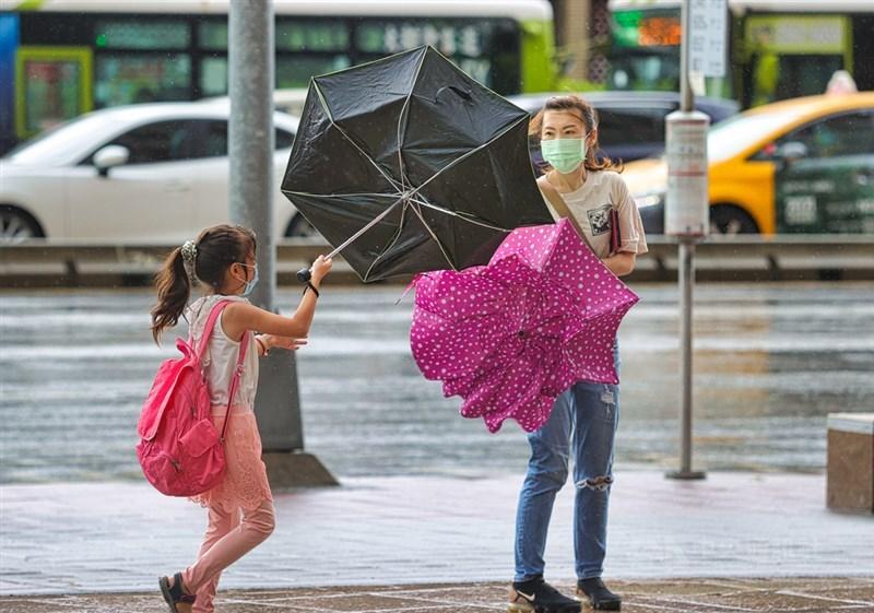 氣象專家吳德榮表示,5、6日廣東海面有低壓發展移入台灣海峽,將使西半部的降雨加劇。(中央社檔案照片)