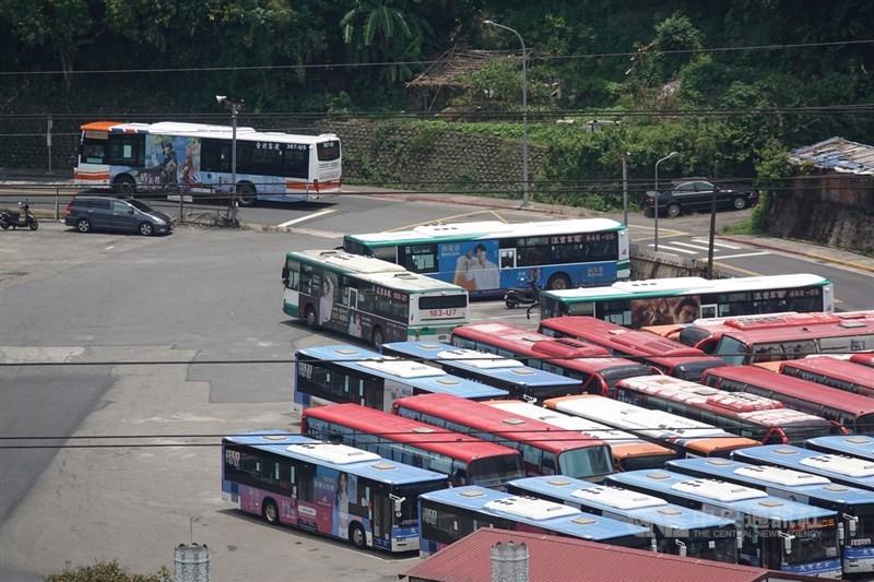 勞動部2日公布最新減班休息(無薪假)統計,這期實施人數達5.6萬人,本期有單一市區公車業者增加1000人較為顯著。圖非當事業者。中央社記者鄭傑文攝 110年8月2日