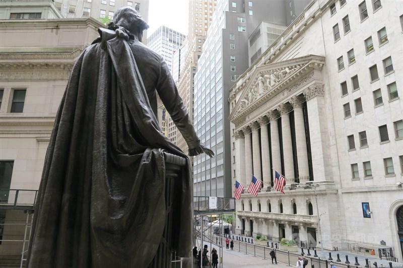 美股三大指數下跌,台股7月30日下挫155點,收在17247點,未站回短期均線和月線。圖為紐約證券交易所。(中央社檔案照片)