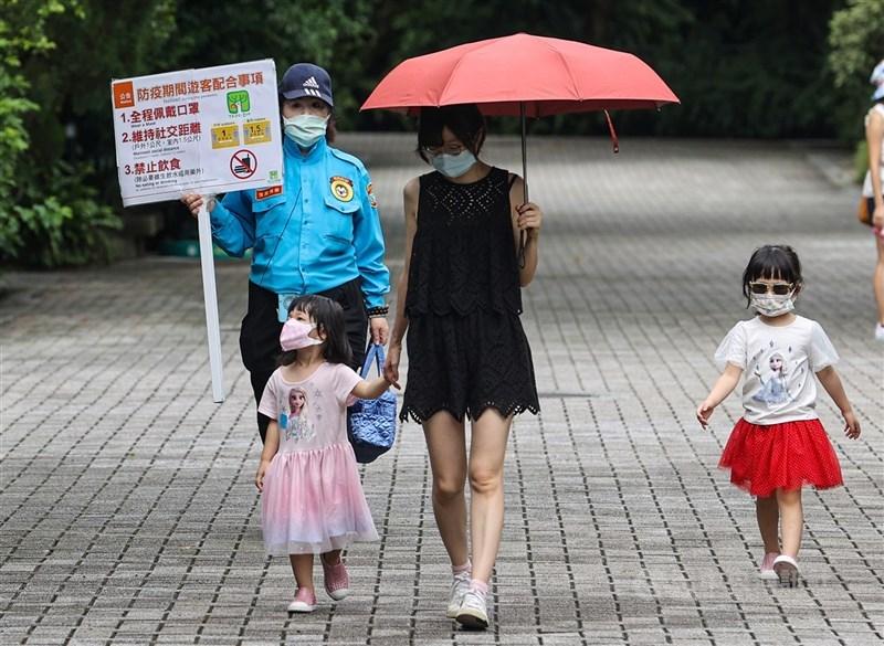 COVID-19疫情延燒,截至台灣1日晚間6時,全球至少有1億9782萬1560例確診。圖為台北市立動物園1日有條件恢復營業。工作人員舉牌提醒民眾遵守相關防疫規定。中央社記者鄭清元攝 110年8月1日