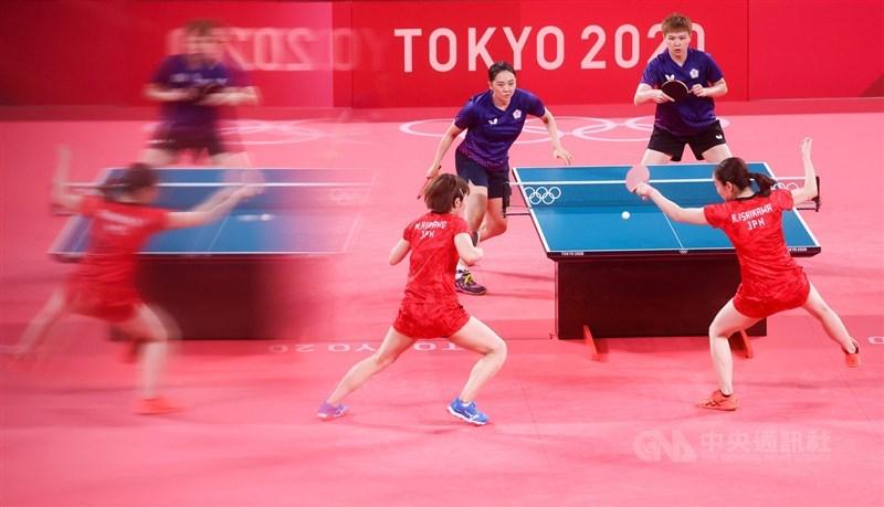 東京奧運桌球女子團體賽8強賽2日晚間登場,台灣桌球女子代表隊(藍衣)與地主日本隊(紅衣)交鋒,終場以0比3不敵日本隊,無緣晉級。中央社記者吳家昇攝 110年8月2日