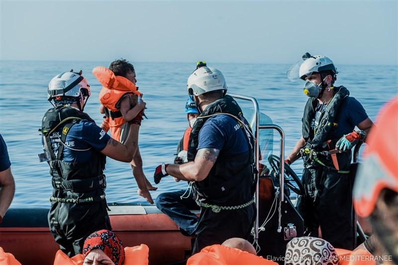 地中海救援組識表示,他們接獲德國救援團體「海洋觀察」的通知後,在馬爾他海岸救起106人;其中最年幼的才3個月大。(圖取自twitter.com/SOSMedFrance)