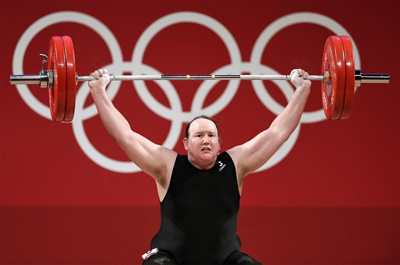 紐西蘭舉重選手哈伯德2日締造歷史,成為首位在奧運出賽的跨性別運動員,不過她在女子87公斤以上級舉重賽事抓舉時3次試舉都失敗,因而出局。(共同社)