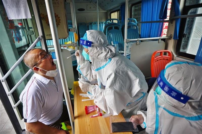 中國1日新增55例COVID-19本土確診病例,江蘇、湖南、北京等地都有出現病例。圖為江蘇省南京市民眾接受核酸檢測。(中新社)