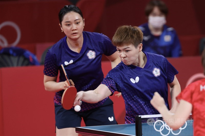 東京奧運桌球女子團體賽8強賽2日晚間登場,台灣桌球女子代表隊終場以0比3不敵地主日本隊,無緣晉級。圖為陳思羽(右)、鄭先知(左)搭配第1點女雙。中央社記者吳家昇攝 110年8月2日