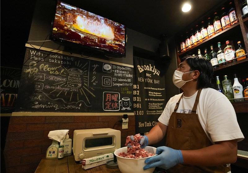 日本因COVID-19疫情嚴峻,2日起緊急事態宣言從東京都與沖繩縣擴大納入大阪府與首都圈3縣等共6地,期間至8月31日,呼籲餐廳全面停售酒類防疫。(共同社)